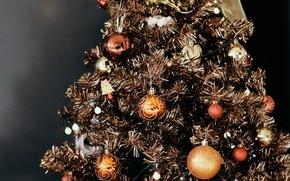 Картинка зима, шарики, темный фон, праздник, шары, игрушки, блеск, огоньки, Рождество, Новый год, ёлка, позолота, гирлянда, …