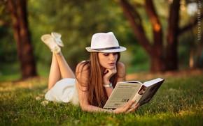 Картинка лето, трава, девушка, природа, поза, парк, шляпа, Виктория, книга, Виталий Скитаев