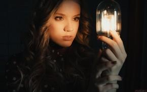 Картинка девушка, лицо, лампа, руки, локоны, тёмный фон, Андрей Попенко