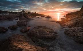 Картинка море, солнце, облака, свет, закат, камни, скалы, берег, побережье, Франция, прибой, залив, домик, каменистый берег, …