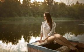 Картинка фигура, прическа, красивая, сидит, Albert Lesnoy, река, платье, лес, модель, лодка, шатенка, ножки, макияж, на …