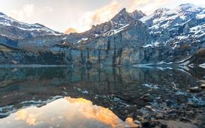 Картинка облака, снег, горы, озеро, отражение, камни, скалы, берег, вершины, водоем