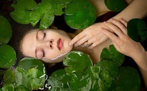 Картинка листья, вода, девушка, лицо, настроение, ситуация, руки, кольцо, закрытые глаза