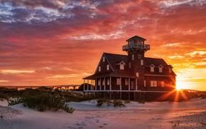 Картинка песок, море, небо, солнце, облака, лучи, свет, закат, следы, дом, берег, здание, маяк, солнечно