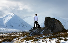 Картинка холод, зима, небо, снег, горы, камни, друг, верность, спина, человек, собака, мужчина, парень, друзья, валуны, …