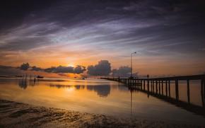 Картинка песок, море, пляж, небо, солнце, облака, закат, тучи, мост, отражение, берег, столбы, лодка, человек, вечер, …