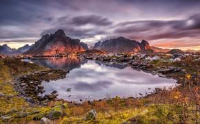 Картинка небо, трава, солнце, облака, закат, горы, камни, дома, Норвегия, залив, Лофотенские острова, Reine