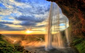 Картинка небо, солнце, облака, лучи, пейзаж, скала, водопад, мох, HDR, горизонт, Исландия, waterfall, Seljalandsfoss