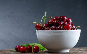 Картинка вишня, ягоды, стол, фон, чашка, белая, миска, фрукты, россыпь, черешня, спелые, пиала
