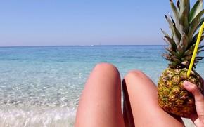 Картинка море, пляж, лето, девушка, загар, трубочка, ананас, ножки
