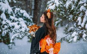 Картинка зима, лес, девушка, снег, поза, лиса, рыжая, кимоно, Вероника, ушки, длинные волосы, Александра Савенкова