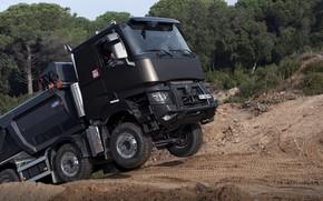 Картинка дорога, песок, движение, Renault, кузов, самосвал, четырёхосный, Renault Trucks, K-series