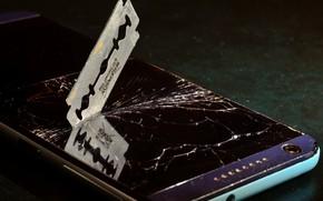Картинка стекло, трещины, темный фон, лезвие, телефон, экран, разбитое стекло, разбитый, смартфон, мобильник, разбитый экран