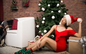 Картинка девушка, украшения, поза, комната, шары, модель, елка, платье, Рождество, Новый год, красотка, на полу
