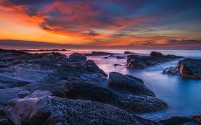 Картинка море, небо, облака, закат, синий, камни, скалы, берег, цвет, вечер, горизонт, прибой, сумерки, глыбы, каменистый, …