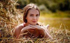 Картинка взгляд, девушка, поза, улыбка, сено, Алексей Гилёв
