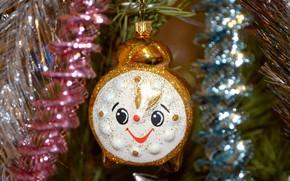 Картинка украшения, улыбка, праздник, игрушка, блеск, часы, ветка, будильник, Новый год, ёлка, мишура, хвоя, висит, боке, …