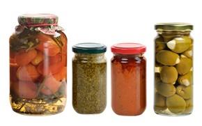 Картинка белый фон, банки, натюрморт, овощи, помидоры, оливки, специи, соленья, консервация