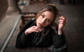 Картинка взгляд, поза, модель, портрет, макияж, шарф, прическа, шатенка, красотка, кофта, сидит, боке, Simona, за столом, …