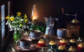 Картинка цветы, стиль, лампа, кофе, букет, подснежники, чашки, кружки, натюрморт, нарциссы, кексы, кофеварка, кофемолка, кофейник, кексики