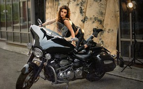 Картинка девушка, поза, мотоцикл, прожектор, Дарья Дунич