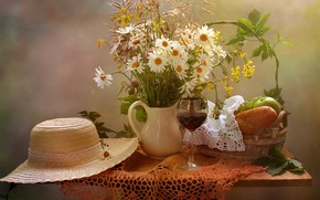 Картинка цветы, стол, вино, корзина, яблоки, бокал, ромашки, хлеб, виноград, ваза, фрукты, натюрморт, скатерть, салфетка, батон