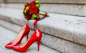 Картинка цветы, розы, букет, туфли, каблуки, red, шпильки, свадьба, bouquet, roses, wedding, high heels