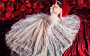 Картинка девушка, цветы, красный, поза, белое, шелк, платье, красные, ткань, азиатка, красивая, сидит, невеста, принцесса, свадебное, …