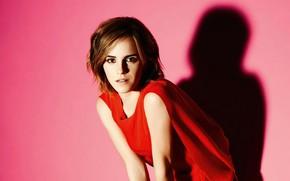 Картинка взгляд, девушка, свет, поза, фон, красное, тень, макияж, платье, актриса, красотка, Emma Watson