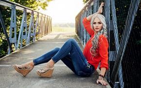 Обои взгляд, девушка, мост, поза, фото, волосы, джинсы, блузка, красная, Ati Szabо