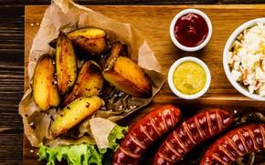Картинка еда, соус, салат, картошка, колбаски, разделочная доска
