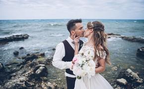 Картинка море, поцелуй, букет, платье, объятия, пара, влюбленные, невеста, жених