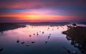 Картинка море, острова, облака, закат, отражение, Франция, лодки, вечер, горизонт, залив, сумерки, катера, берега, сиреневое, Бретань, …