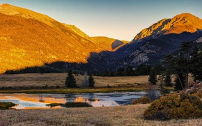 Картинка осень, лес, небо, свет, горы, озеро, отражение, скалы, берег, склоны, вершины, ели, освещение, тени, кусты, …
