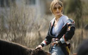 Картинка девушка, лошадь, кофта, Vogue, Gigi Hadid