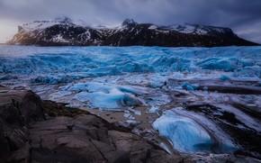 Картинка лед, зима, горы, камни, голубой, берег, вершины, лёд, ледник, льды, дымка, сумерки, Исландия