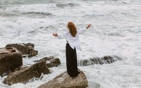 Картинка море, девушка, поза, камни, ветер, спина, рубашка, Ульяна Мизинова