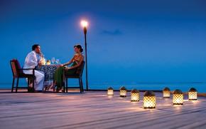 Картинка океан, вино, романтика, вечер, фонари, пара, двое, ужин