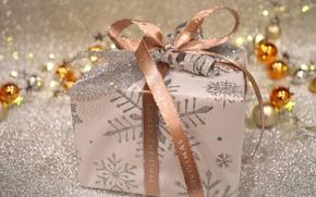 Картинка шарики, сияние, праздник, коробка, подарок, блеск, Рождество, лента, Новый год, бусы, позолота, бант, боке, новогодние …