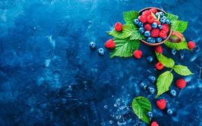 Картинка листья, капли, ягоды, малина, черника, чашка, натюрморт