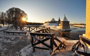 Картинка зима, солнце, лучи, снег, город, река, башни, храм, Кремль, Псков, Кром