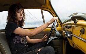 Картинка девушка, жёлтый, фантастика, джинсы, кадр, майка, шатенка, за рулём, автомобиль, сидит, салон, Бамблби, Bumblebee, Хейли …
