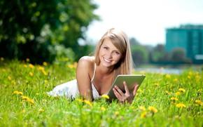 Картинка зелень, взгляд, девушка, солнце, деревья, цветы, природа, город, поза, улыбка, макияж, платье, прическа, блондинка, лежит, …