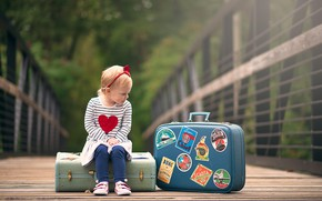 Картинка девочка, сидит, чемоданы