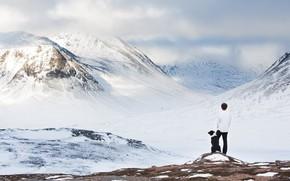 Картинка холод, зима, небо, облака, снег, горы, друг, верность, спина, человек, собака, мужчина, парень, друзья, бордер-колли, …