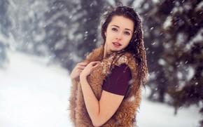 Картинка зима, взгляд, снег, деревья, снежинки, природа, поза, портрет, макияж, прическа, мех, шатенка, красотка, боке, жилетка, …