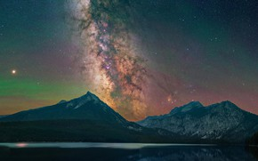 Картинка лес, небо, звезды, горы, ночь, склоны, млечный путь, водоем