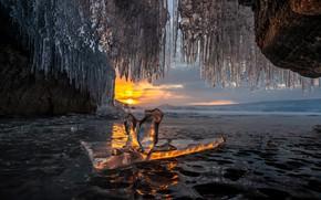 Картинка зима, вода, солнце, закат, природа, озеро, лёд, сосульки, Байкал, пещера, грот