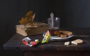 Картинка стакан, стол, чай, тарелка, конфеты, ложка, чаепитие, книга, натюрморт, шоколадные, осенние листья, сухарь