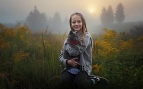 Картинка поле, осень, кошка, трава, кот, природа, туман, улыбка, настроение, девочка